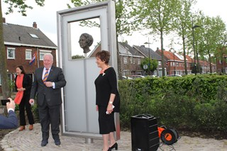Borstbeeld Beatrix hoek Beatrixstraat